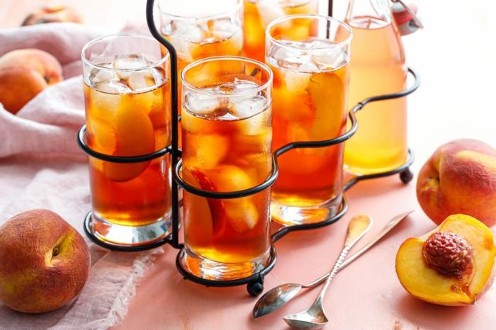 pfirsich eistee selber machen viele gläser mit schwarzem tee und eiswürfeln