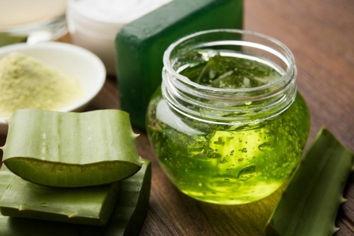 pflegereiche aloe vera maske selber machen diy rezepte für haut und haare geschnittene aloe vera pflanze gel in einem gefäß