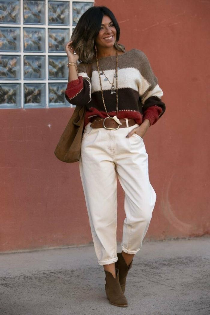 pullover in verschiedenen farben gepaart mit slouchy jeans in weiß braune tasche dame mit kurzen braunen haaren