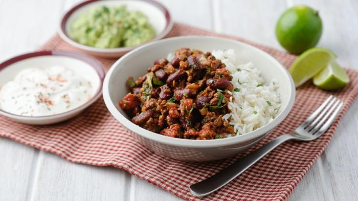 reis mit chili con carne mit chili und paprikaschoten kindeybohnen mais kreuzkümmel und petersilienblättern
