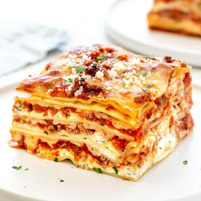 rezept für vegetarische lasagne mit parmesan passierten tomaten und hackfleischersatz weißer teller