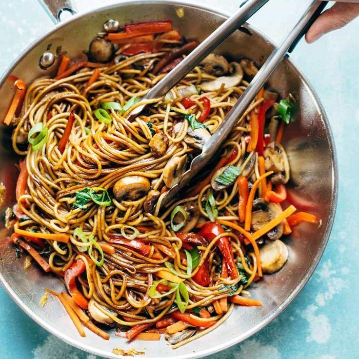 rezepte mit nudeln lo mein mit gemüse pasta mit pilzen paprika und bohnen
