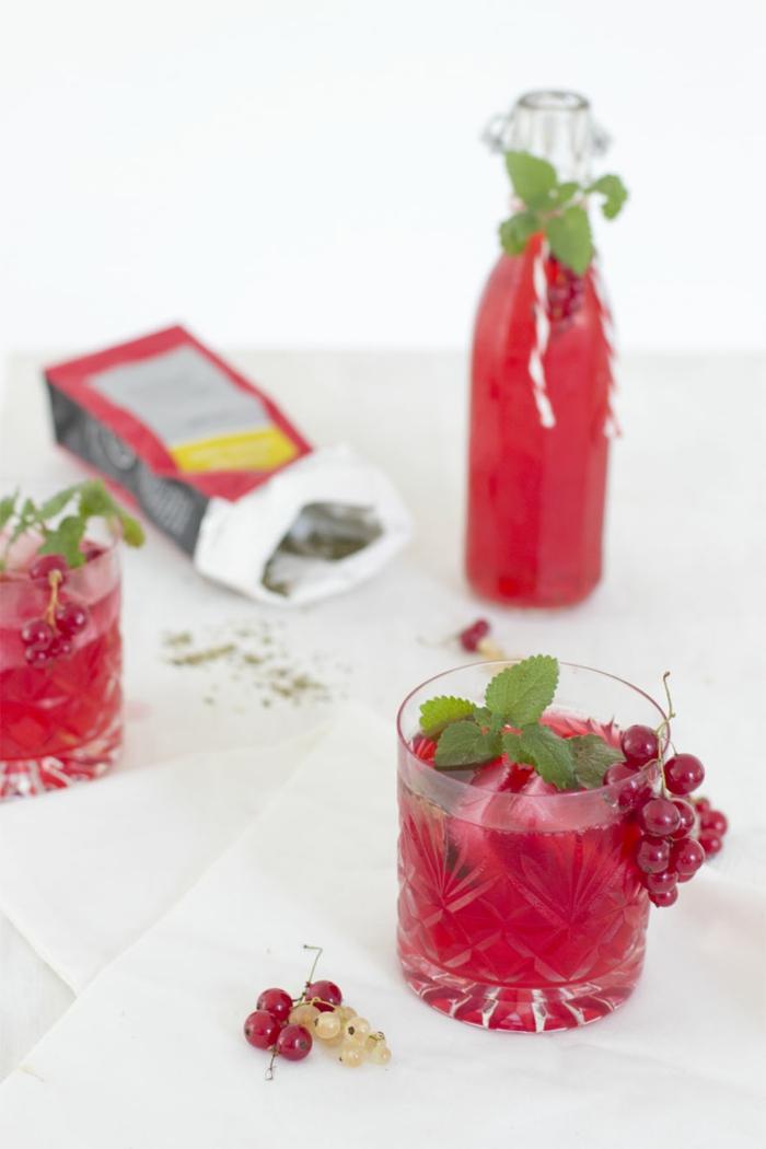 roter eistee mit johannisbeeren selber machen glas mit tee und pfefferminze
