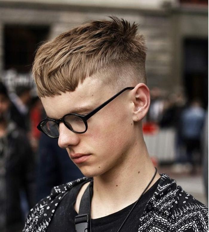 runde schwarze brillen männerfrisuren kurz blonde haare kurzer undercut inspiration herrenfrisuren ideen
