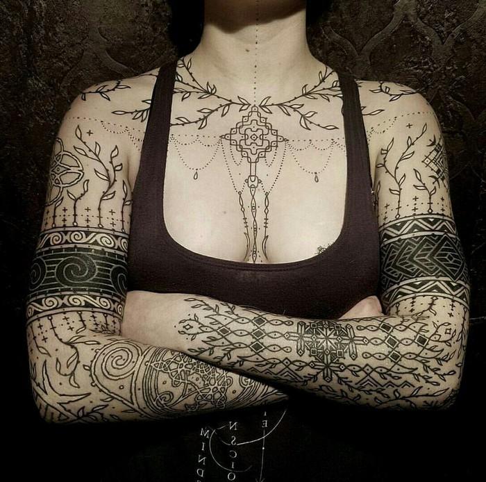 runen bedeutung viking tattoo wikinger tattoo odal rune nordische symbole frau brust hände tattoo runen schwarz