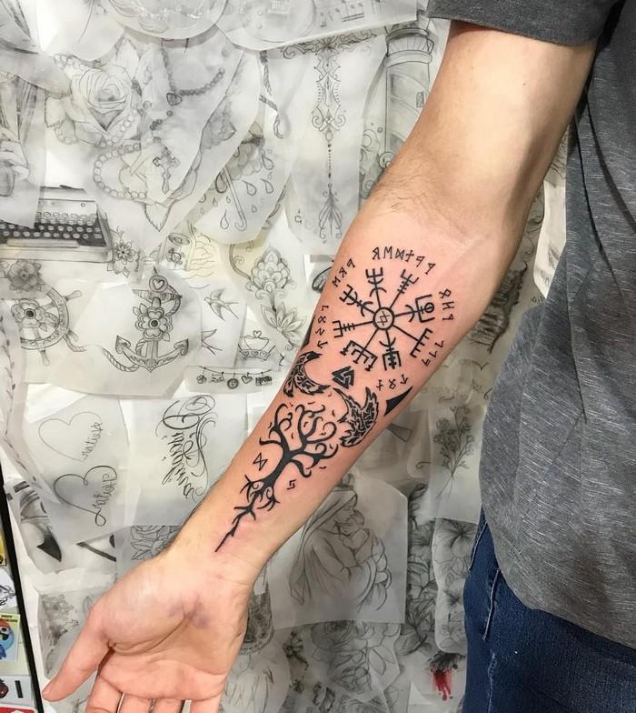 runen namen der helm von awe tattoo runen germanische runen triskele tattoo wikinger symbole mann hand