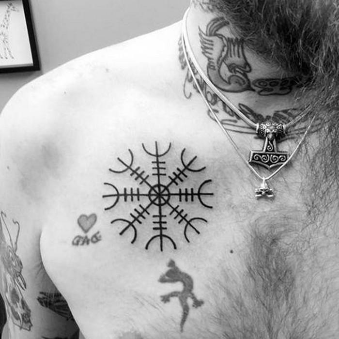 runen namen rordische runen germanische runen runen tattoos der helm von awe wikinger runen tattoo schwarz brust mann