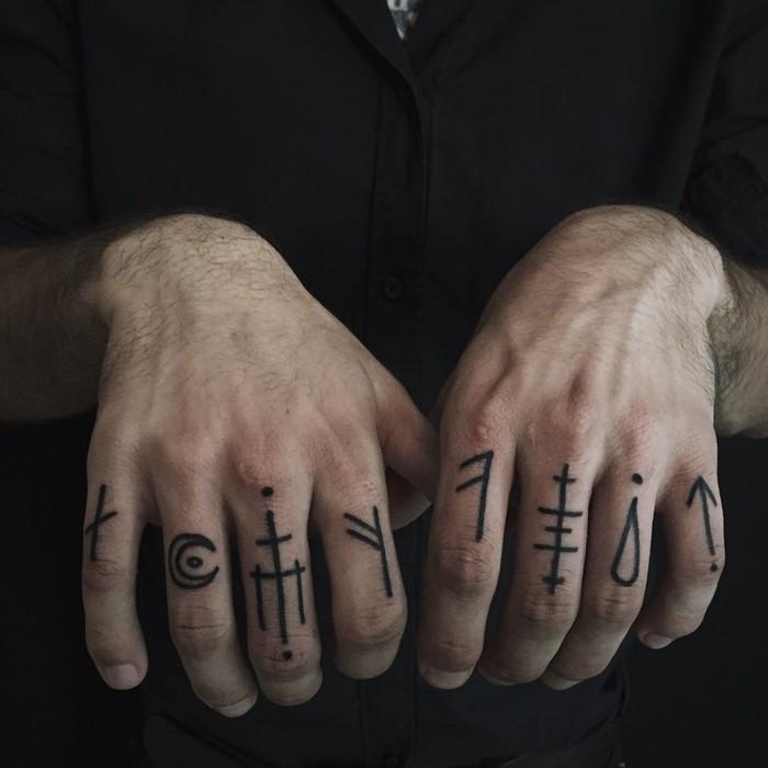 runen namen wikinger symbole tattoo nordische mythologie tattoo wikinger runen bedeutung runen tattoo fingern acht