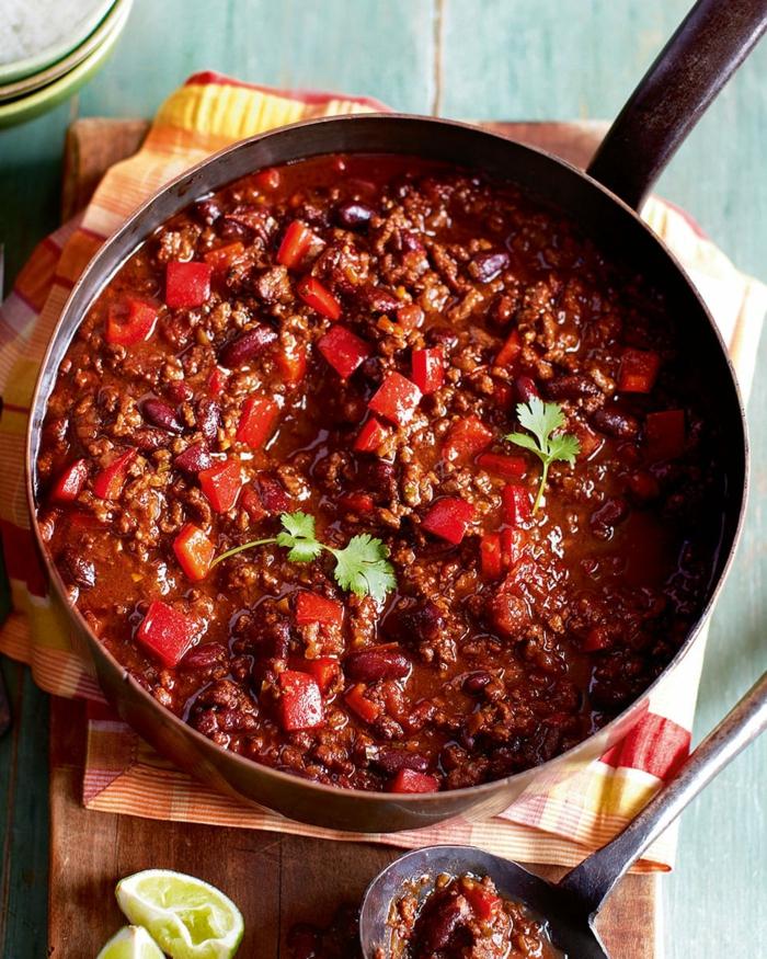 scharfes mexikanisches gericht chili con carne gewürze mais kindeybohnen kreuzkümmel petersilien blätter
