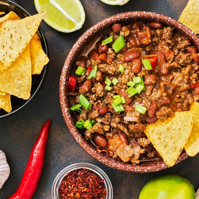 scharfes mexikanisches gericht chili con carne rezept einfach mais fleisch knoblauchzehhen chilischoten