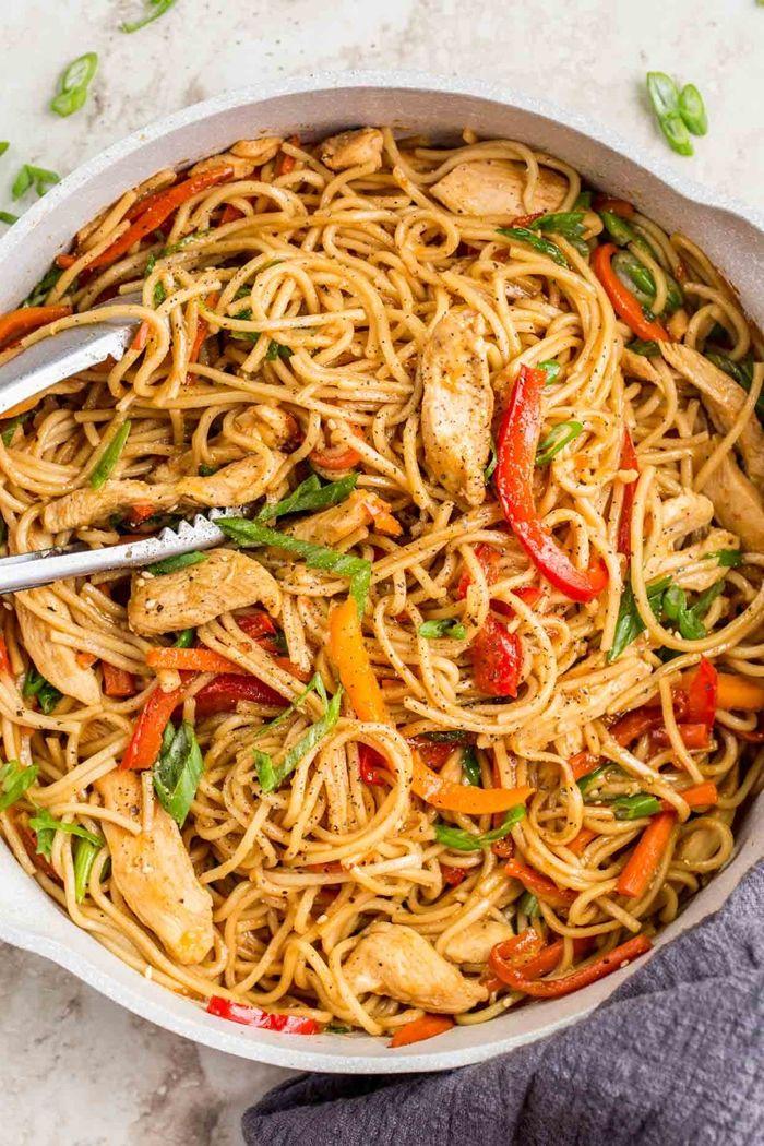 schnelle pasta rezepte lo mein mit hähnchenfleisch leckere gerichte mittagessen ideen