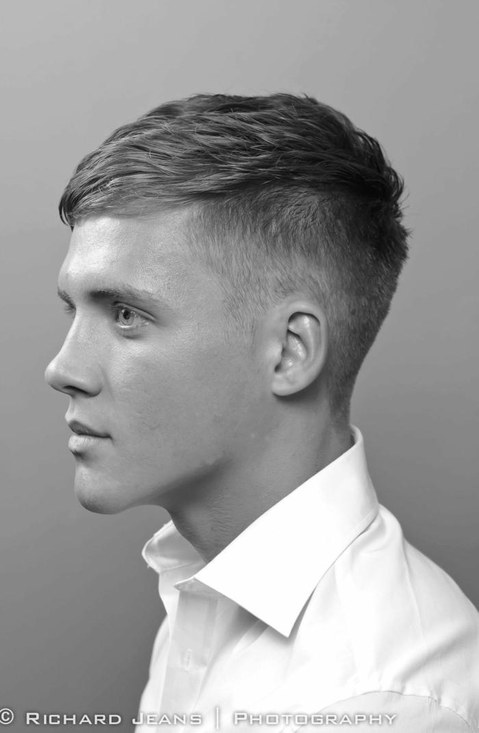 schwarz weißes foto mann im weißen hemd blonde haare moderne männerfrisuren kurzer haarschnitt undercut