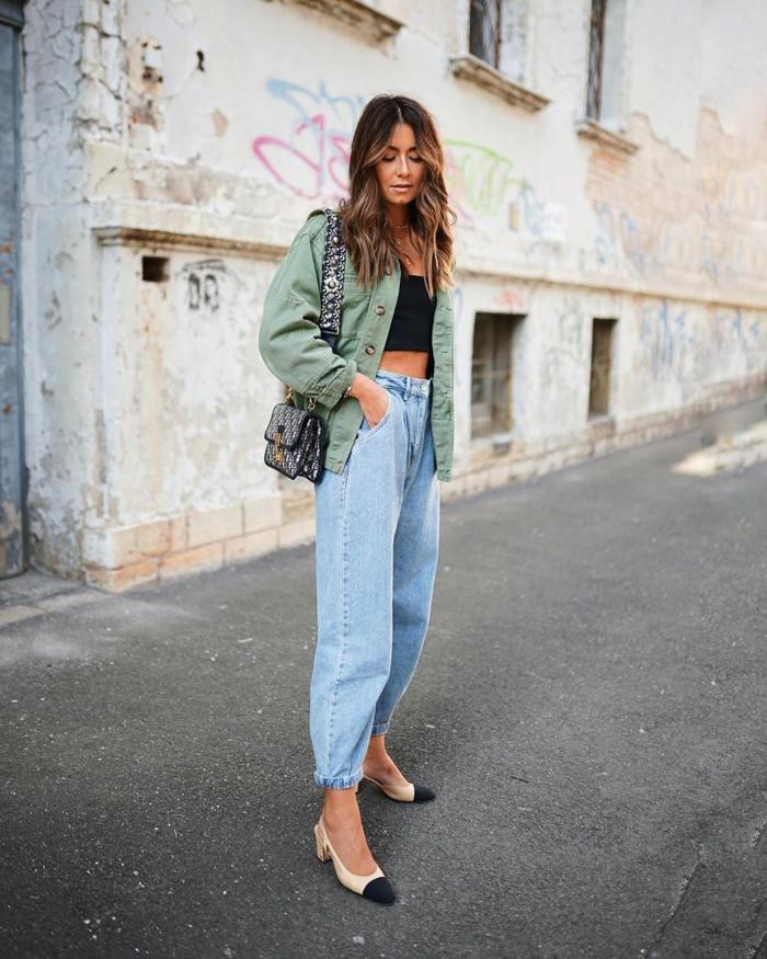 schwarzes crop top blass grüne jacke beige schwarze pumps wide leg jeans damen casual style inspo
