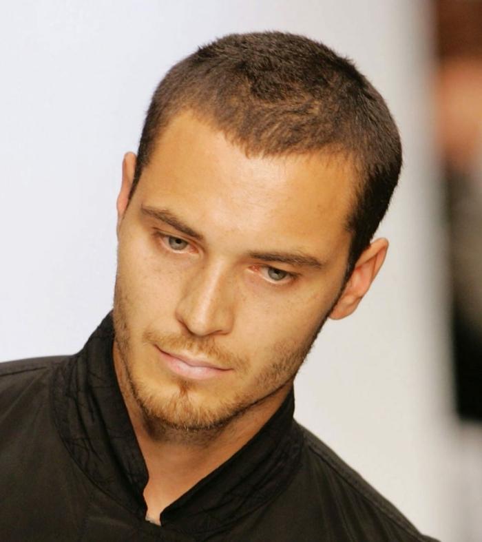 sehr kurze haarschnitte für männer kurzer bart männerfrisuren kurz modern inspiration und ideen outfit schwarzes hemd