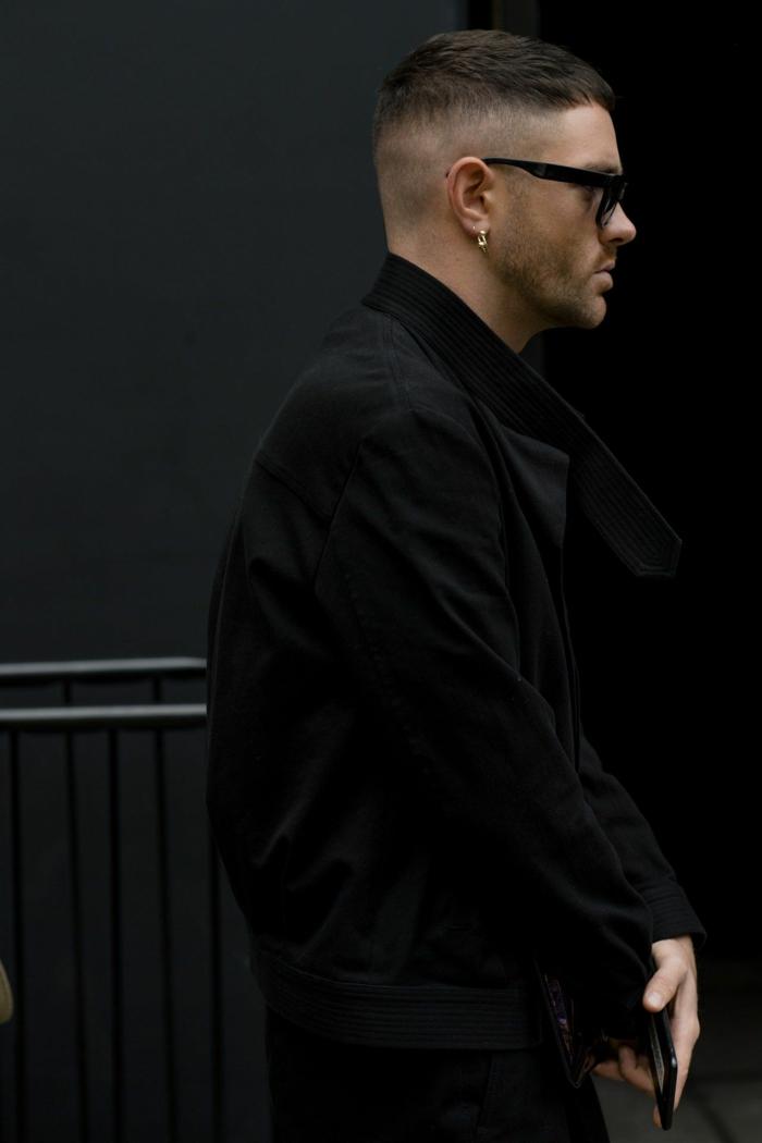 seiten auf null mit übergang angesagte männerfrisuren männer street style inspiration monochromes schwarzes outfit