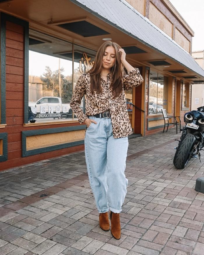 slouchy hose street style braune stiefel bluse mit tierdruck casual outfit inspiration dame mit langen haaren