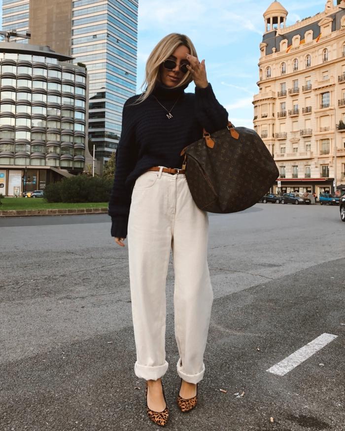 slouchy jeans mode street style inspiration weite weiße jeans oversized schwarzer pullover große braune tasche