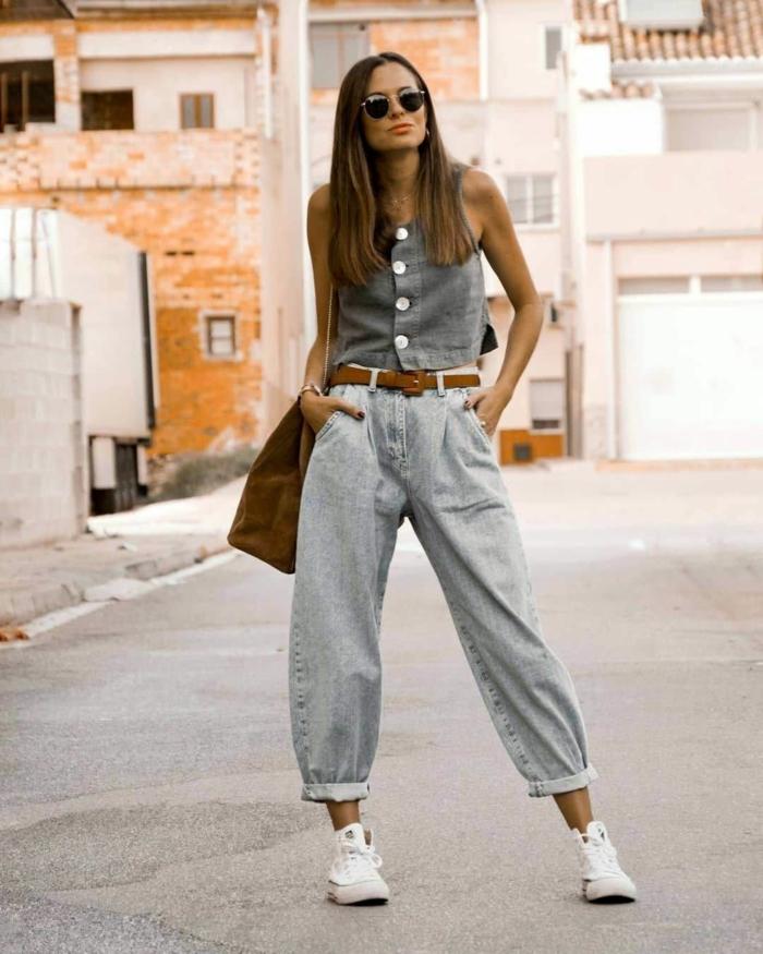 sommer outfit inspiration graues top mit knöpfen weiße sneakers hose mit hohem bund slouchy jeans braune tasche und gürtel