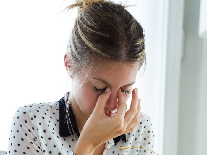 stechende kopfschmerzen am vorderkopf kopschmerzen arten einseitige kopfschmerzen sinusitis wass tun bei kopfschmerzen frau hält den nasen
