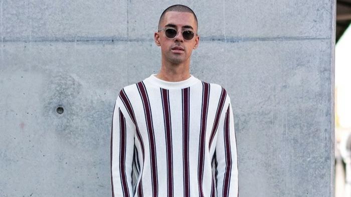 street style mode inspiration mens fashion runde sonnenbrillen gestreifte weiße bluse sehr kurze männerfrisuren 2021