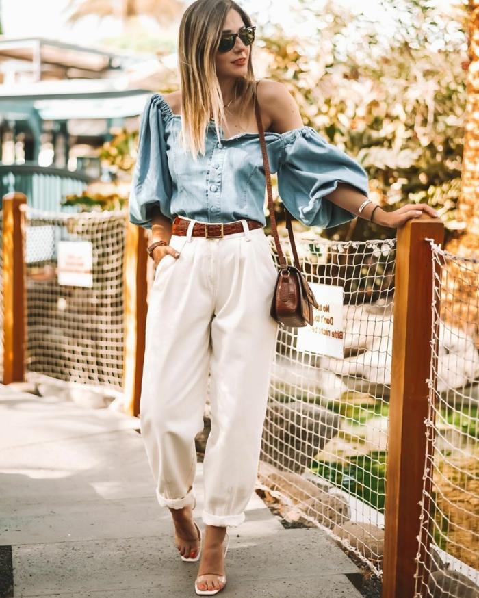 style inspiration weiße weite hose blaue bluse mit weiten ärmeln brauner gürtel kleine tasche hose mit hohem bund