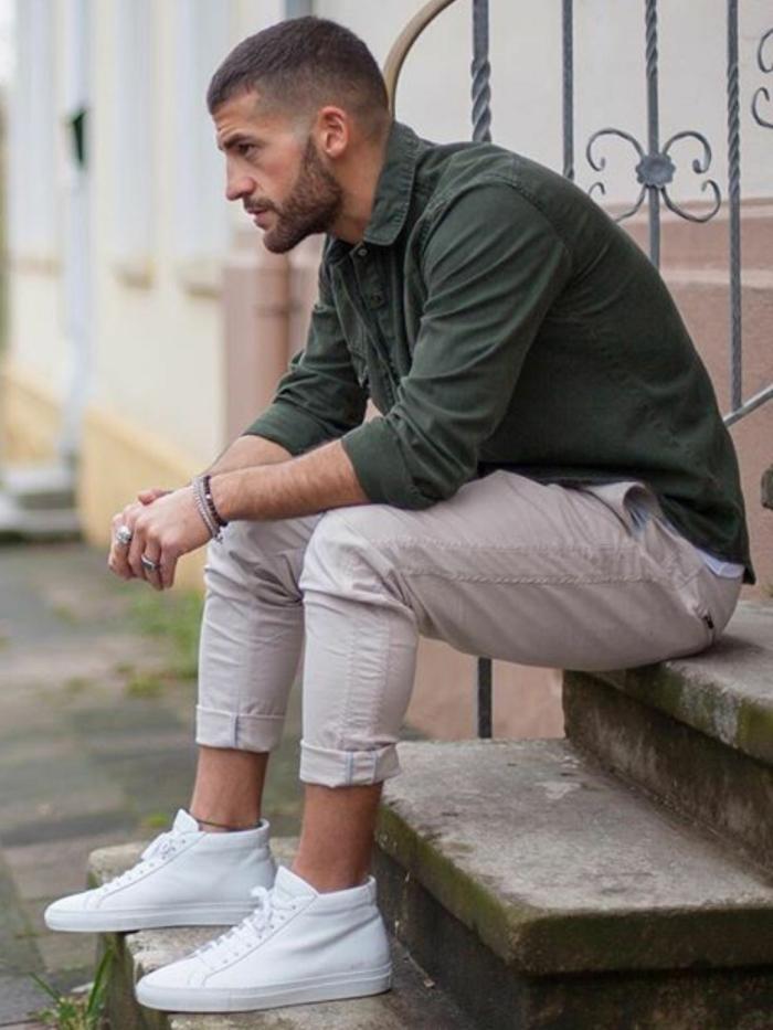 stylish angezogener mann beige hose weiße sneakers grünes hemd trendfrisuren 2021 männer kurzhaarschnitte