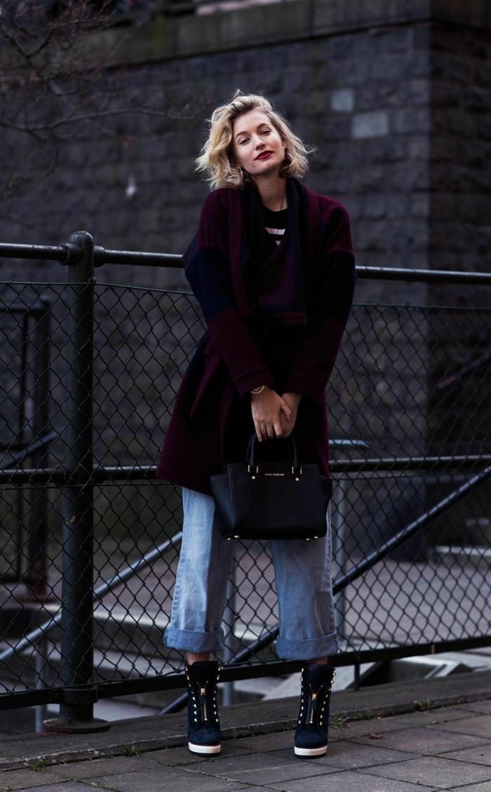 stylishes outfit inspiration langer violetter mantel hellblaue jeans damen kleine schwarze handtasche