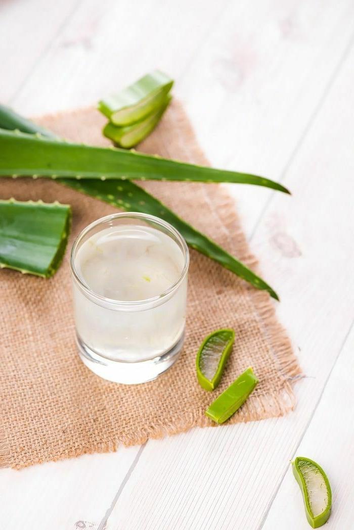 tasse mit gel aus aloe vera für haare geschnittene pflanze in stückchen