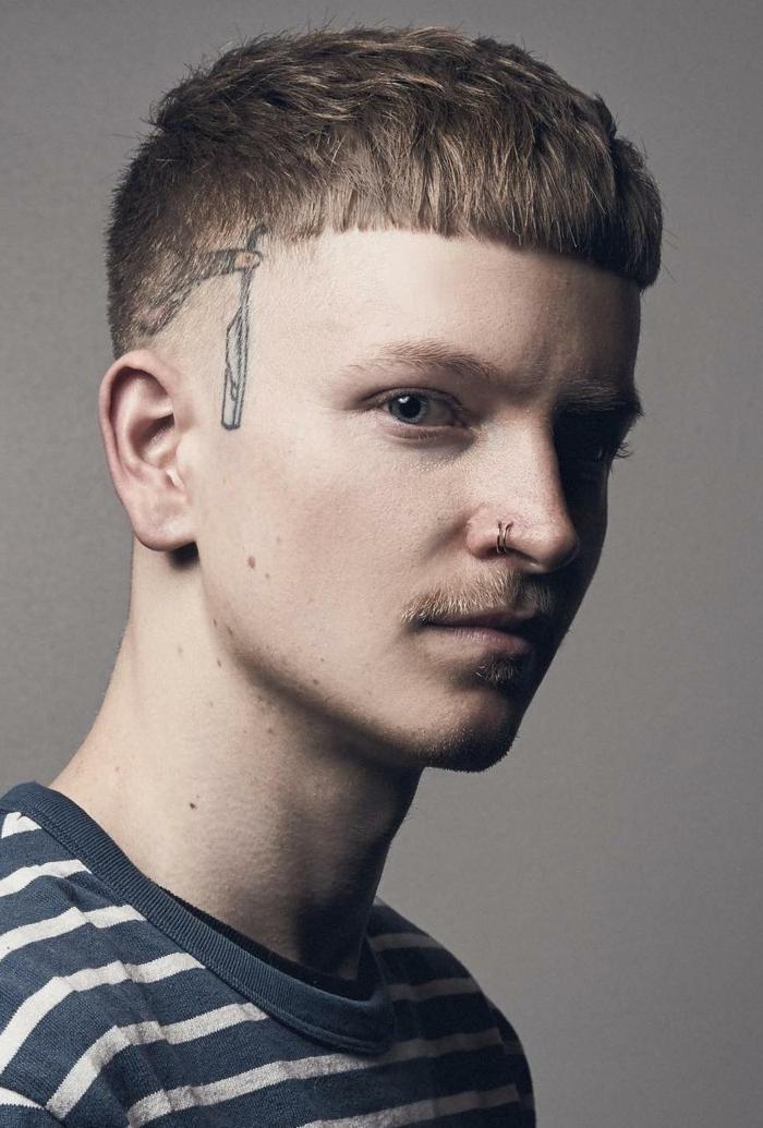 tattoo am kopf männerfrisuren undercut länger kurzhaarfrisuren herren blaues t shirt mit weißen streifen