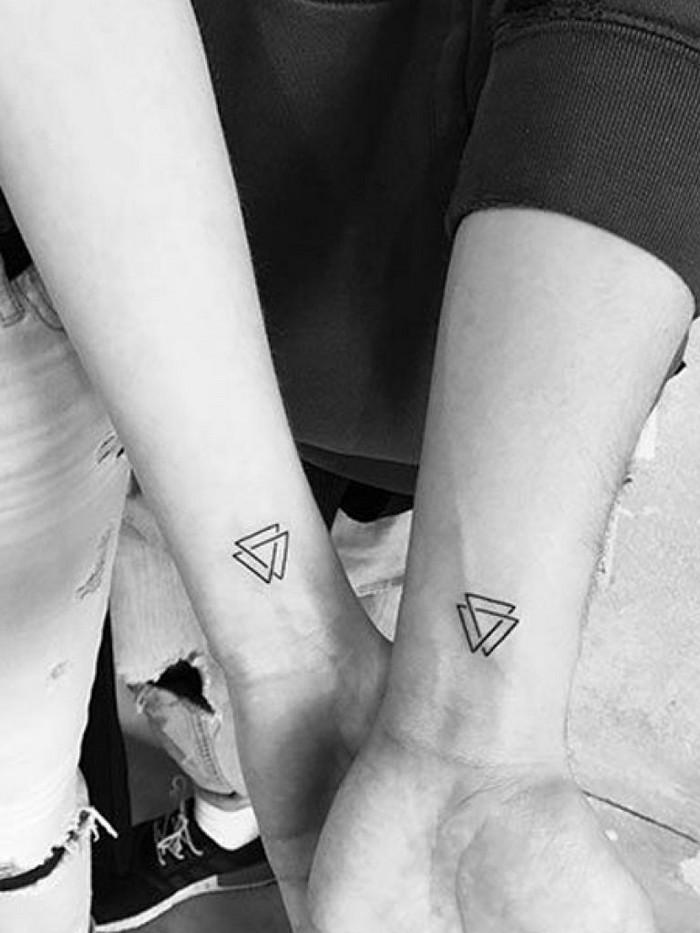 tattoo wikinger wikinger kompass tattoo wikinger runen bedeutung viking tattoo valknut handgelenk zwei mädchen