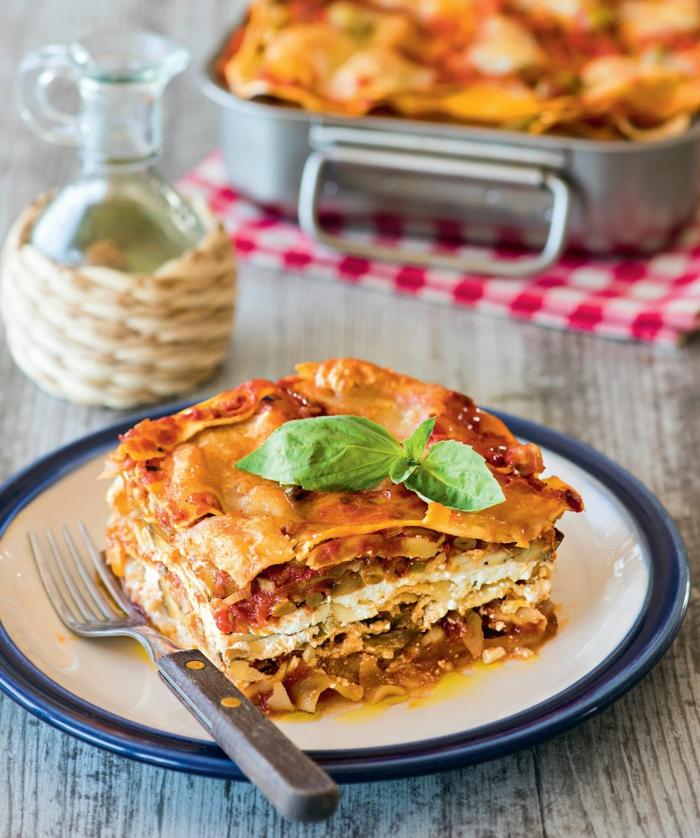teller mit einer lasagne mit fleisch und zwiebeln und tomaten lasagne bolognese ein teller