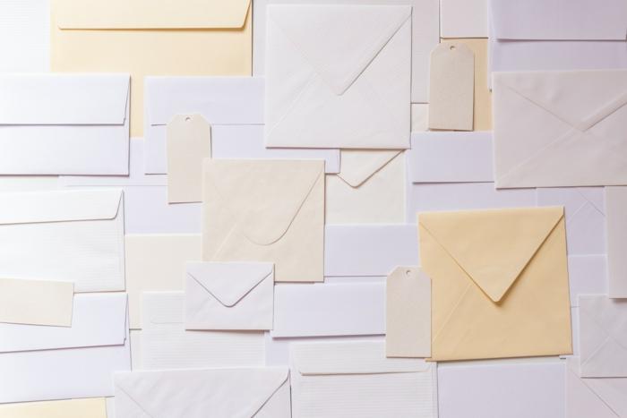umschlag bedrucken krative briefumschläge personalisieren briefe schreiben viele kleine und große briefumschläge
