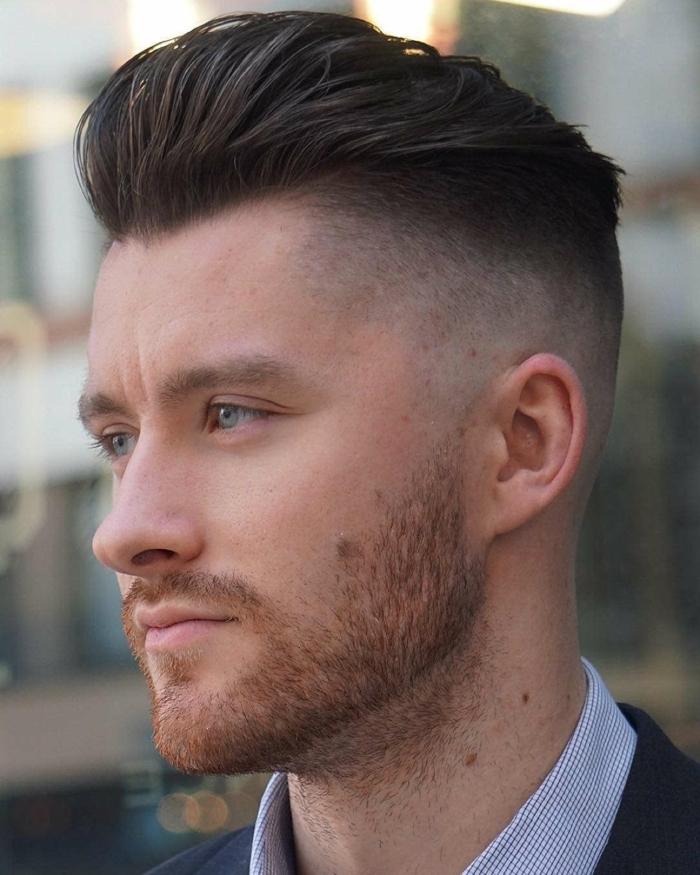 undercut mit übergang angesagte männerfrisuren kurzer bart braune haare mann mit blauen augen