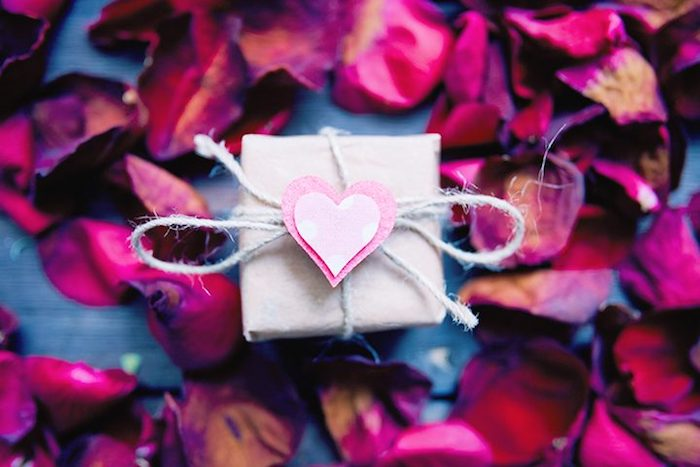 valentinstag geschenkideen valentinsgrüße für freunde ideen valentinstag geschenk valentinstag geschenk packen mit rosen blütenblätter