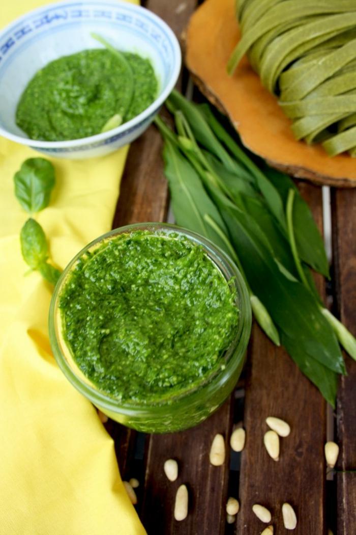 vegan ernähren ein glas mit einem grünen bärlauch pesto sonnenblumenkerne