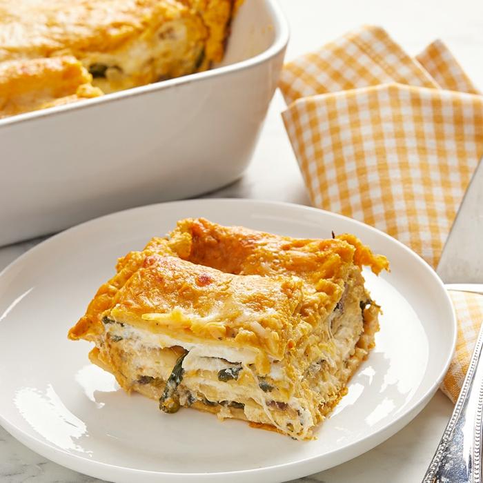 vegane lasagne selber machen gelbe decke weißer teller mit einer veganen lasagne mit spinat