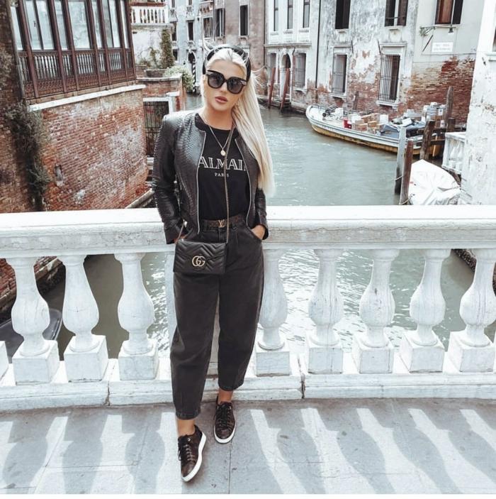 venice street style monochromes schwarzes outfit schwarze mom jeans lederjacke und sneakers blonde frau lange haare