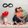 verliebtes paar valentinstag geschenkideen undendlichkeitszecihen mit namen und datum personalisierte geschenke freundin