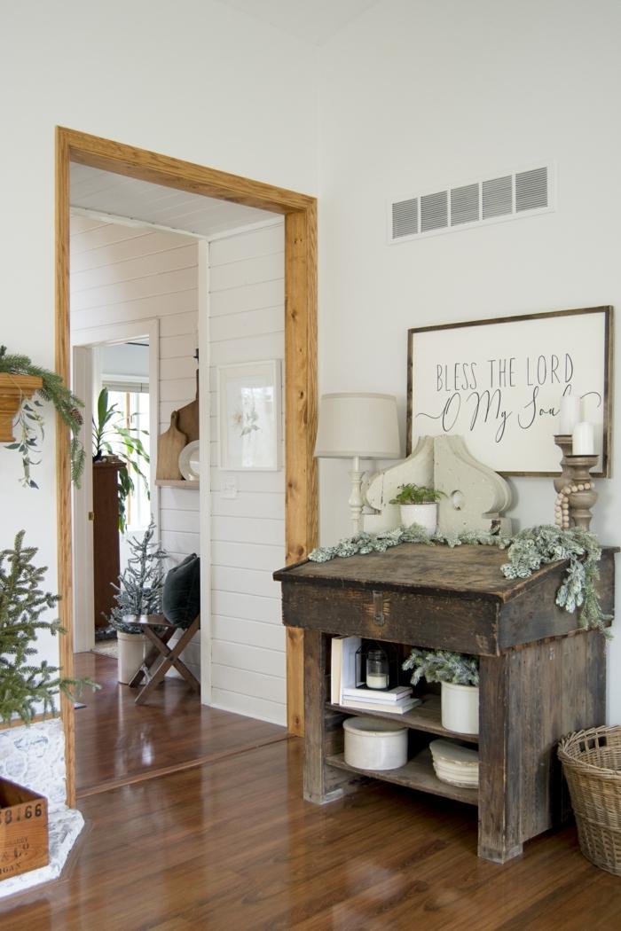 vintage schrank aus holz weiße wände linienzeichnung dekoration hygge einrichtung 2021 interior design