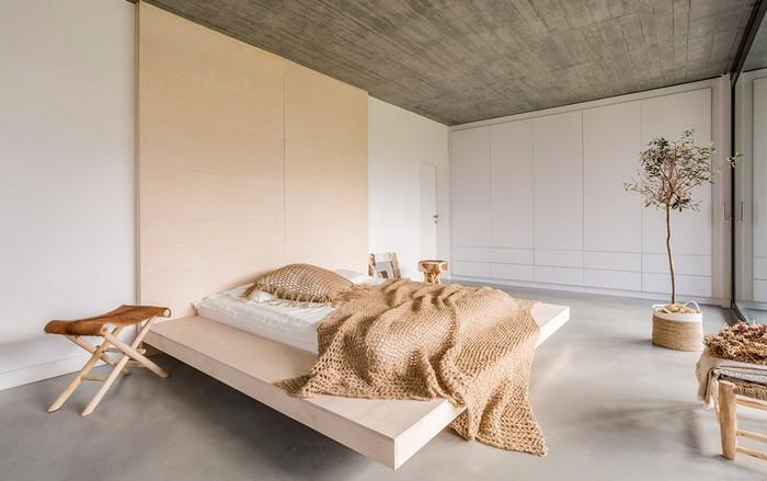 wabi sabi wabi sabi interior japanischer minimalismus anderes wort für purismus japanische wohnung schlafzimmer bett niedrig simpel bonsai kleiner tisch