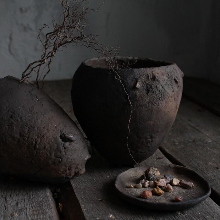 wabi sabi wohnzimmer japanischer stil japanische inneneinrichtung deko vasen aus stein schwarz dunkle wände