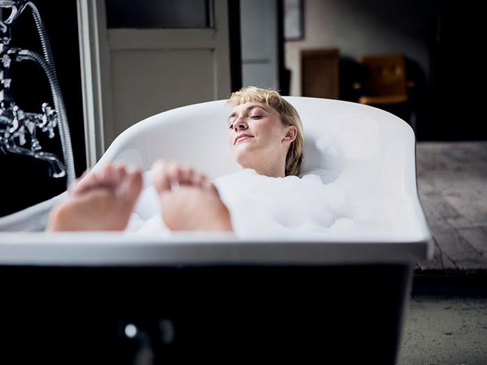 was gkann man gegen kopfschmerzen machen wis hilft gegen migräne kopfschmerzen schläfe spannungskopfschmerzen warme badevanne machen frau in badevanne