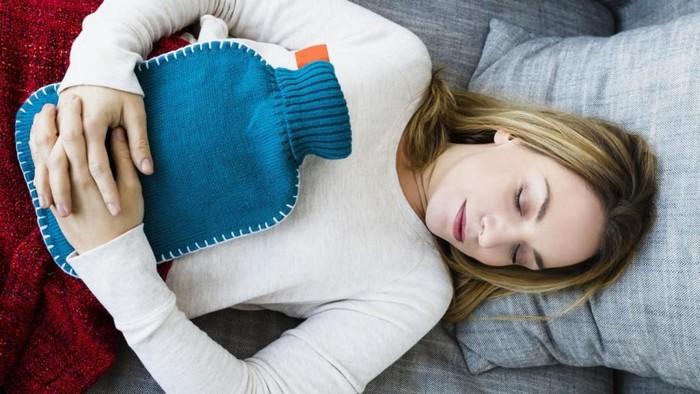 was kann man gegen kopfschmerzen machen kopfschmerzen stirn ständig kopfschmerzen spannungskopfschmerzen mit wärmflasche legen frau im bett mit wärmflasche