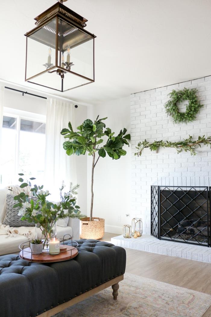 weiße backsteinwand wohnzimmer mit kamin blaue liege deko pflanzen groß und klein hygge einrichtung inspiration 2021
