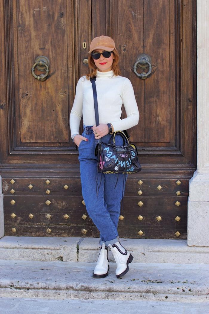 weiße rollkragen bluse und boots weite jeans damen trend 2021 mode inspiration street style casual