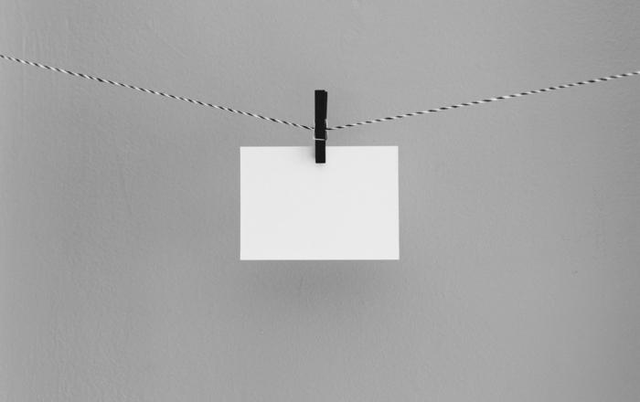 weißer briefumschlag auf einer wäscheleine schwarze wäscheklammer briefumschläge bedrucken kreative ideen