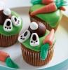 weißer teller grüne muffins mit hasen und möhren ostern backen ideen