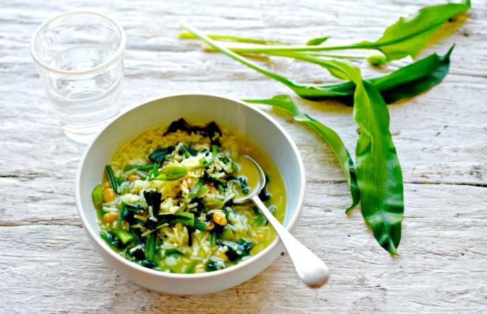 weißer tisch grüne frische bärlauch blätter eine schüssel mit bärlauchsuppe einfache bärlauch rezepte