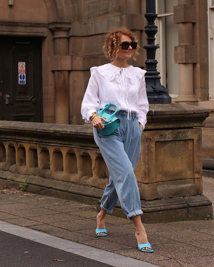 weite weiße bluse mit langen ärmeln wide leg jeans damen blaue schuhe und mini tasche stylishe outfits 2021 inspiration