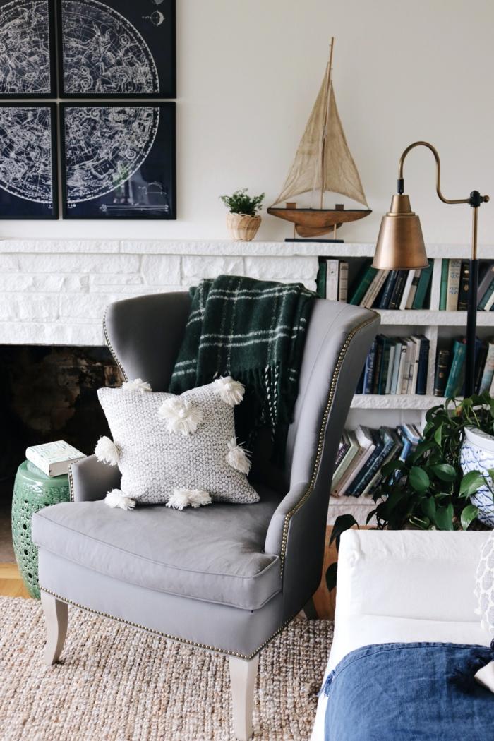wie sie ihr wohnzimmer im hygge style einrichten können moderner grauer sessel kleines deko kissen inneneinrichtung 2021 trends